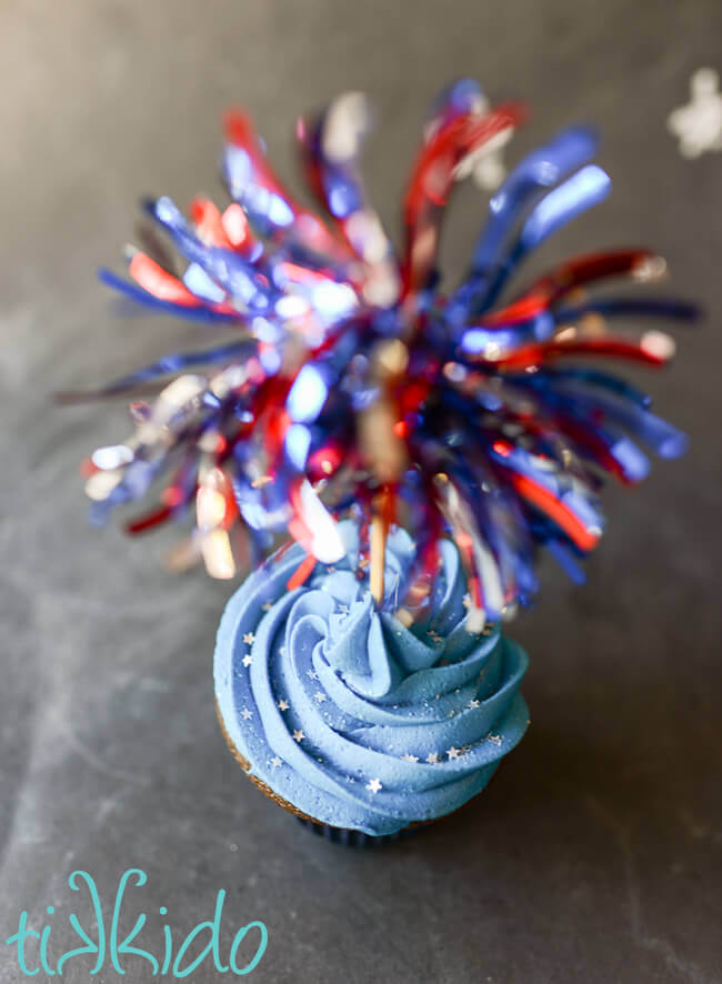 Easy, fast, red, white, and blue fireworks cupcake toppers for 4th of July cupcakes.